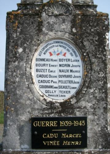 Ouzilly-Vignoles Plaque Monument aux Morts